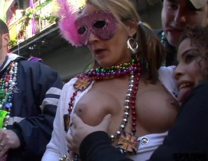 content/090515_mardi_gras_chicks_flashing_in_the_streets/3.jpg